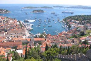 Joli point de vue sur la ville de Hvar et les îles de la Dalmatie