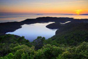 Vue sur le lac du parc national de l'île de Mljet