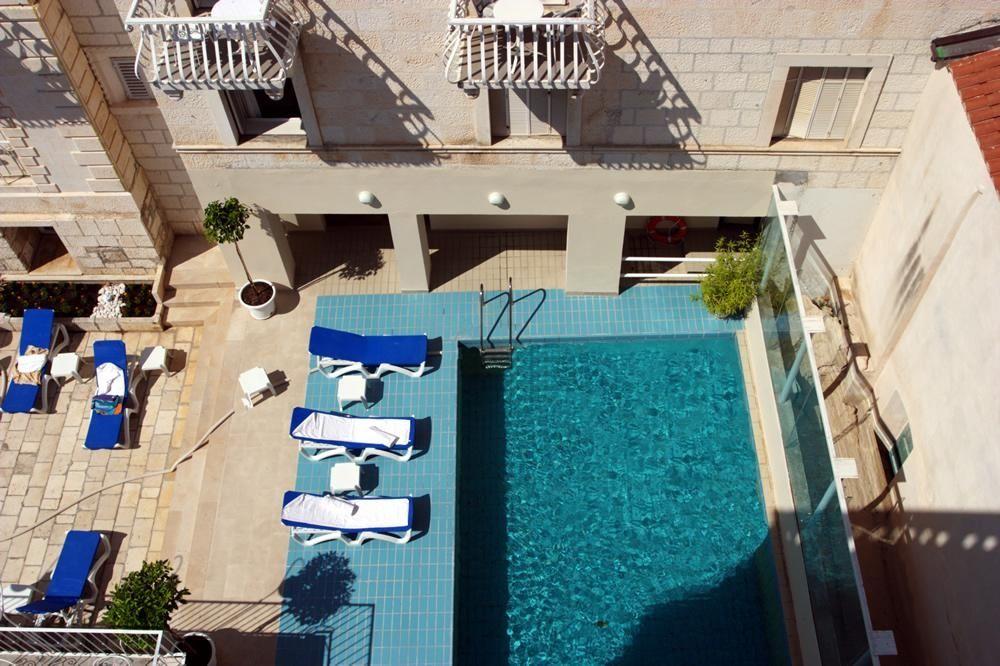 Hôtel avec piscine extérieure à Hvar.